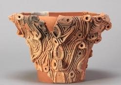 筑北村東畑遺跡出土土器 厳密な製作地は不明だが、白っぽく、円と三叉文の組合せを多く用いるなど、北信の可能性が高い土器。