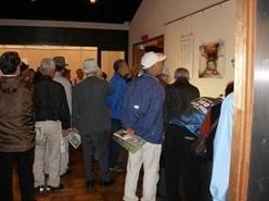 群馬県の博物館を見学する参加者たちの様子