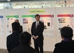 長野都市ガス代表取締役社長 田中宏昌様と「都市ガスの歴史」パネル展示