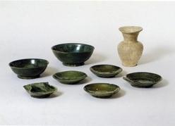 塩尻市吉田川西遺跡出土の緑釉陶器の写真