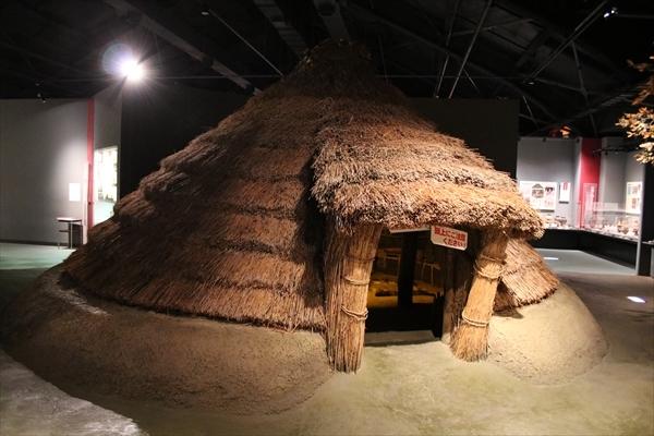 復原された竪穴住居の写真